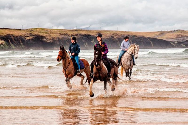 teenage-equestrian-camps-in-ireland at the beach